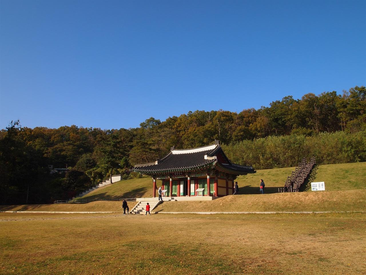 강화 고려궁지 강화도에 소재한 고려궁지, 대몽항쟁 기간 동안 고려의 왕궁이 있었던 곳으로, 지금은 조선시대 건물인 외규장각이 복원되어 있다.