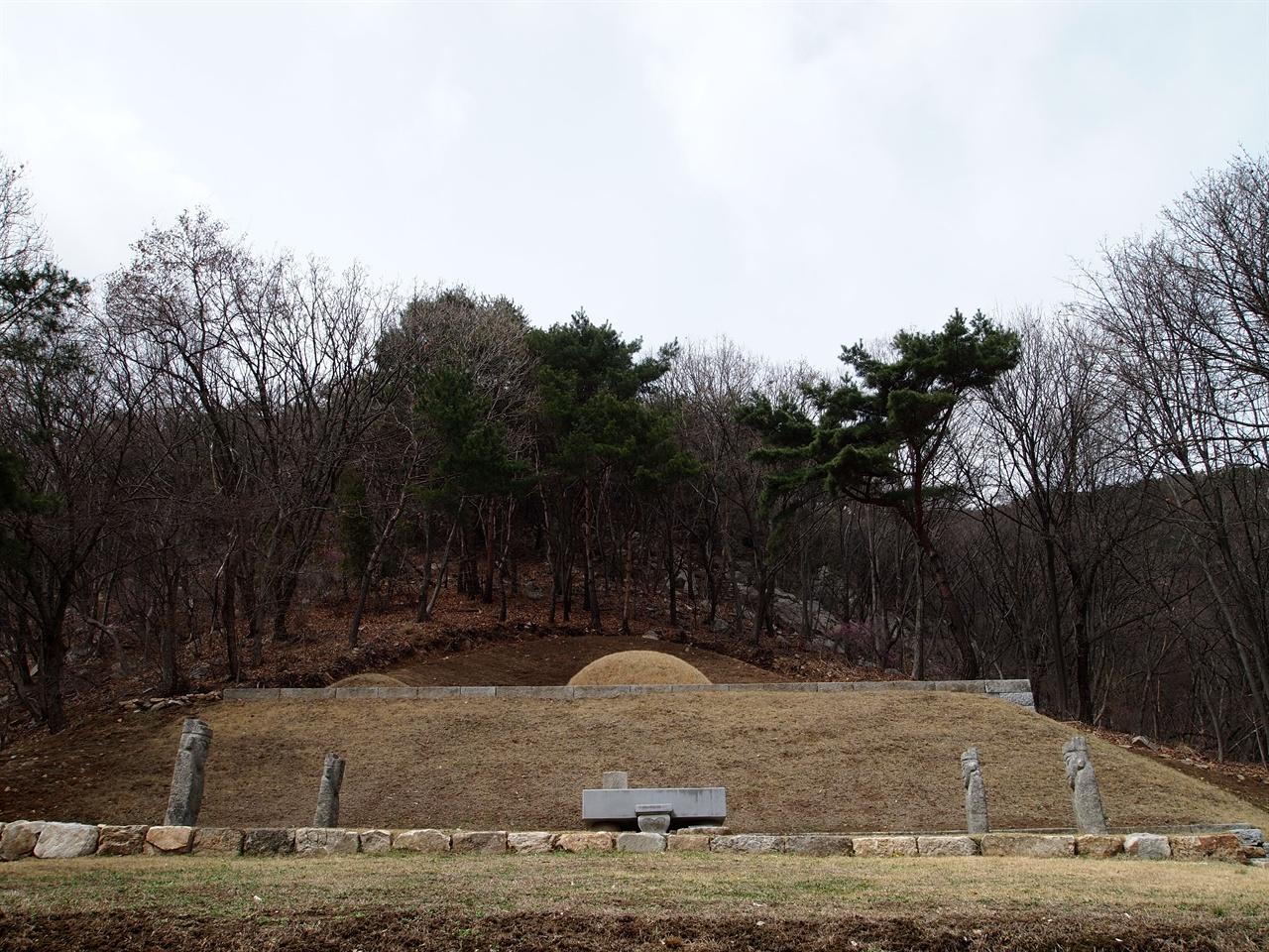 강화 홍릉 전면에서 바라본 홍릉의 모습, 1단에 봉분이 있고, 2단에 석인상 2쌍과 상석과 향로석이 설치되었다.