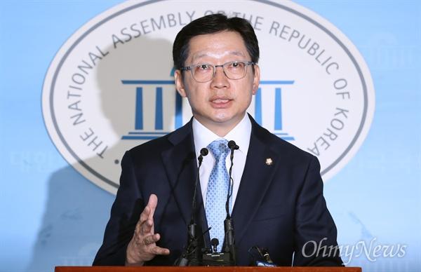 김경수 더불어민주당 의원이 16일 오후 서울 여의도 국회 정론관에서 기자회견을 하고 있다.