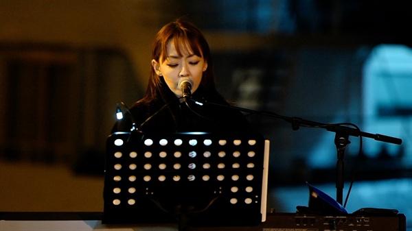 김윤아 JTBC <비긴어게인2>에서 세월호 추모노래 '강'을 부르고 있는 김윤아.