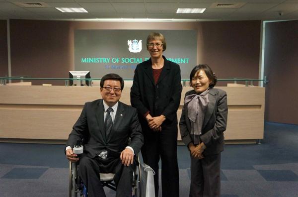 2012년 4월 28일부터 5월 3일까지 진행된 뉴질랜드 장애인 관련제도 시찰단 현장 활동. 곽정숙(당시 통합진보당), 박은수(민주통합당) 의원은 스카운 뉴질랜드 장애인 사무청장을 만났다.