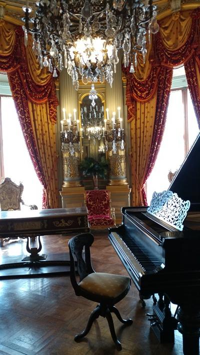 미국 The Gilded Age 가장 대표적 건물인 The Breakers의 황금방 내부. 모두 유럽에서 만든 후 배에 싣고 와 이 곳에서 조립했다.