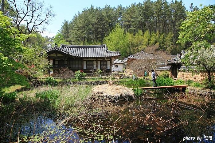 하엽정 연못은 동서 14m, 남북 19m에 달하는 장방형에 가운데에 둥근 섬이 있는 방지원도이다.