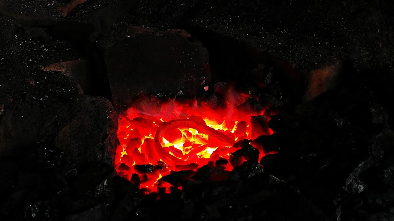 양양대장간 대장간은 화덕에 불이 피워지면서부터 작업이 시작된다. 예전처럼 참나무숯이 아닌 갈탄(褐炭)을 주로 사용한다. 갈탄은 무연탄의 한 종류지만 품질이 많이 떨어진다. 그러나 기계로 공기를 불어넣어 불을 올리는 대장간에서는 값싼 갈탄이 자연연소를 시켜 난방용으로 이용하는 무연탄 보다 널리 이용된다.