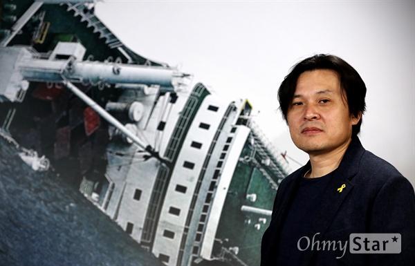 <그날, 바다> 김지영 감독 세월호 침몰 원인을 과학적으로 다룬 추적 다큐멘터리 <그날, 바다>의 김지영 감독이 18일 오후 서울 충정로의 한 카페에서 인터뷰에 앞서 포즈를 취하고 있다.