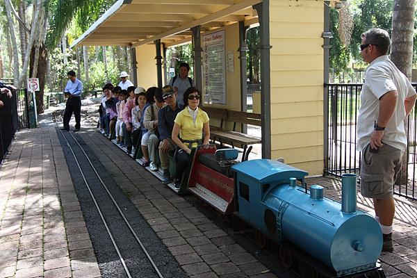 열대과일농장에 있는 꼬마기차. 철도레일간 폭이 한뼘 정도되지만 있을  건 다 있었다.