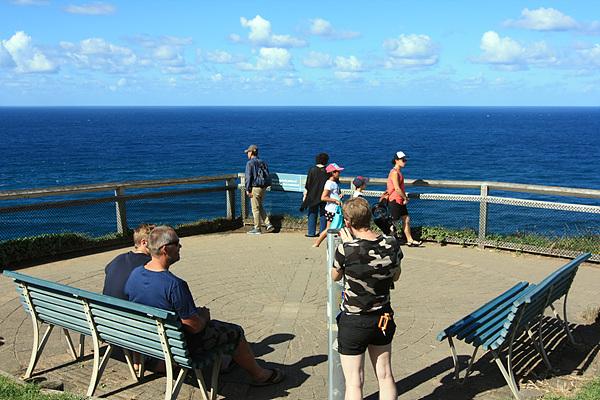 호주의 동쪽 끝이라는 간판이 보이는 곳에서 망원경을 들여다보는 관광객의 모습이 보인다.