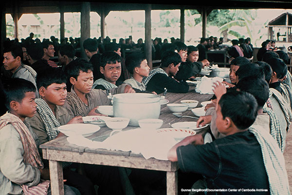 1970년대 중반 크메르루즈 정권 당시 시골 집단농장에 수용된 어린 소년들이 점식식사를 하고 있는 모습.