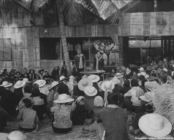 시골 집단수용소에서 교육을 받고 있는 캄보디아인들의 모습.  1975년 프놈펜을 함락, 권력을 손에 쥔 폴 포트는 도시민들의 강제이주정책을 펼쳤다. 그 과정에서 고문과 학살과 기아, 질병으로 인해 최소 100만명이 목숨을 잃었다.