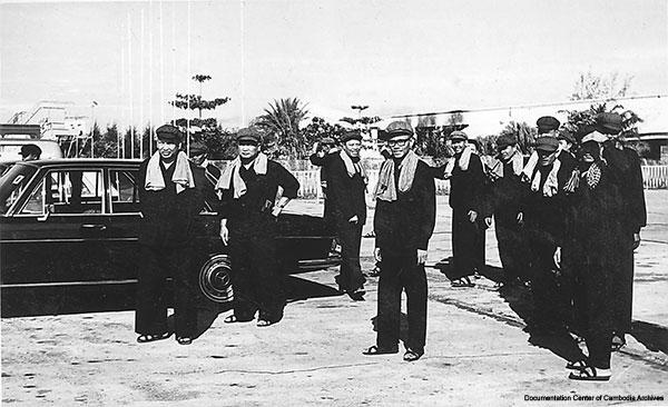 크메르루즈 지도부의 모습 왼쪽부터 폴 포트, 권력2인자로 불리던 누온 체아, 외무부장관을 지낸 이엥 사리. 안경을 쓴 이는 손 센으로 1996년 훈센정부에 투항하려다 발각돼 폴 포트의 지시에 따라 공개처형당했다.