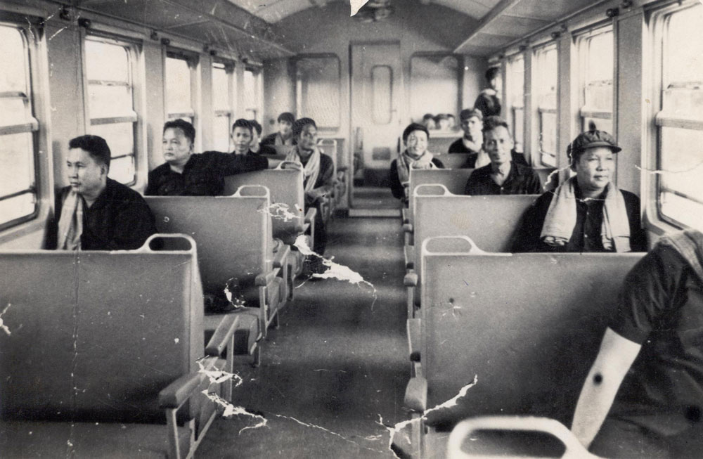 기차를 타고 지방시찰에 나선 크메르루즈 지도부.  왼쪽 끝 인물이 폴 포트. 뒷자리에 권력 2인자였던 '브라더 넘버 2' 누온 체아다. 오른쪽 뒷줄 남자는 훗날 폴 포트를 배신하고 가택연금시킨 크메르루즈 총사령관 따 목이다.