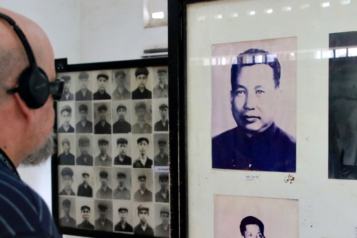 뚜얼슬렝 대학살박물관에 전시된 폴 포트 사진. 좌측으로 당시 이곳에 수감되었다가 희생된 사람들의 흑백사진이 보인다.