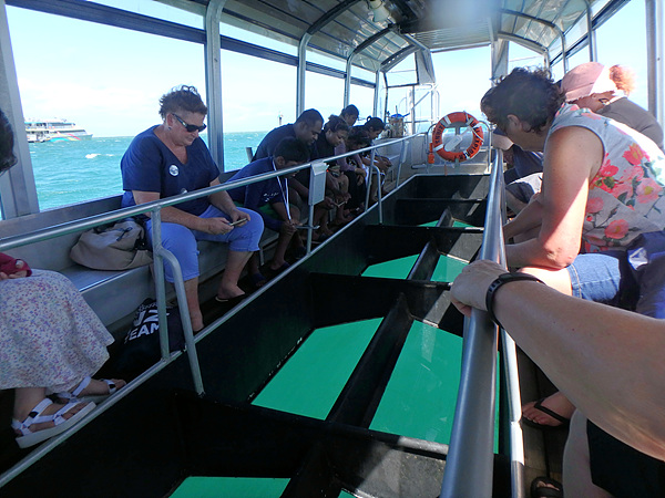 배밑창이 유리로 되어 바다 속을 들여다볼 수 있는 '글래스 보텀 보트'에서 관광객들이 바다 속에서 활동하는 산호초와 고기들을 관찰하고 있다
