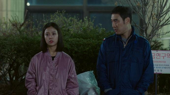 오양촌(배성우)이 딸에게 데이트 폭력에 대해 말하고 있다