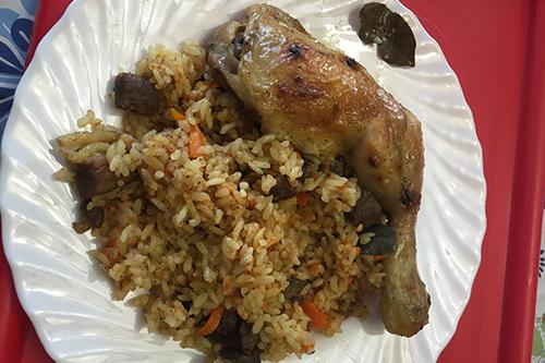 '뽈룹'이라고 부르는 러시아식 볶음밥. 오랜만에 먹는 제대로 된 음식인데다 닭다리까지 더해 맛이 일품이었다.