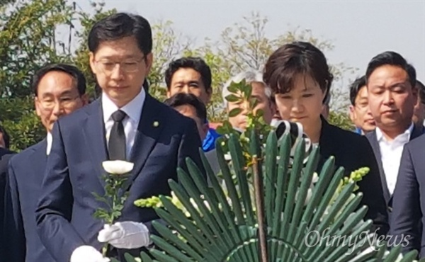 경남지사 선거에 나서는 더불어민주당 김경수 국회의원이 20일 오전 김해 봉하마을 고 노무현 전 대통령 묘소를 참배했다.