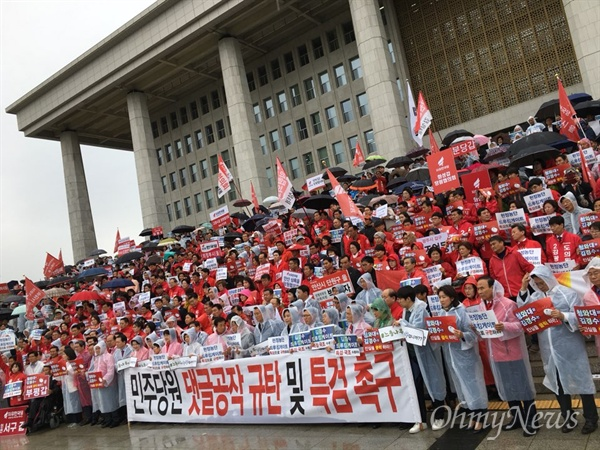 한국당이 22일 국회 본청 야외 계단에서 '민주당원 댓글 공작 규탄·특검 촉구대회'를 열고 있다.