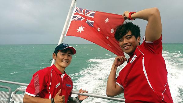 호주 케언즈에서 산호초로 유명한 '그레이트 배리어 리프(Great Barrier Reef)'로 가는 크루즈선에서 열심히 일하는 한국 젊은이들. 워킹할러데이로 호주에 온  두 젊은이가 열심히 살아가는 모습이 믿음직스러웠다. 왼쪽부터 부은광, 이성주