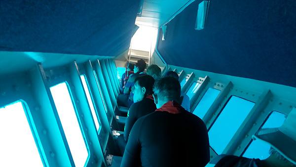 반잠수선을 타고 물속 세상을 구경하는 관광객들 모습.
