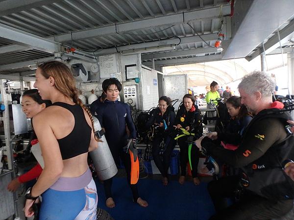 산호초 탐사를 위해 슈트를 갈아입는 관광객들