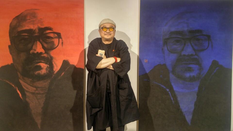 수묵화가 허달용씨가 자신의 수묵채색으로 완성한 자화상 시리즈 사이에 섰다.