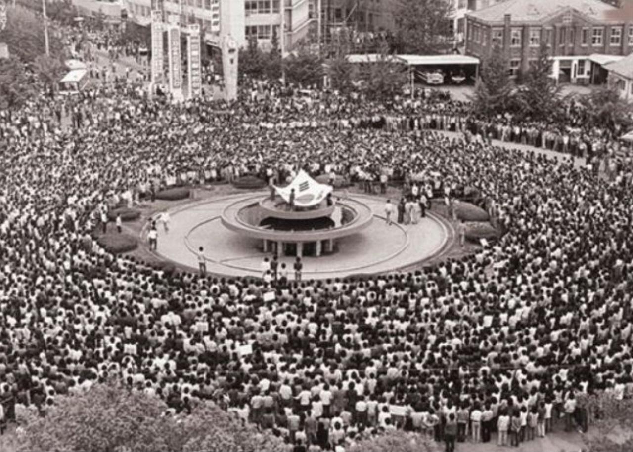 1980년 5월 옛 전남도청 앞 광장에 집결한 광주시민들. 이날 시민들이 목이 터져라 부른 애국가의 의미는 무엇이었을까. 애국가가 울려 퍼지는 순간 국가는 그 국민을 죽였다. 국가의 존재 이유는 무엇이었을까.