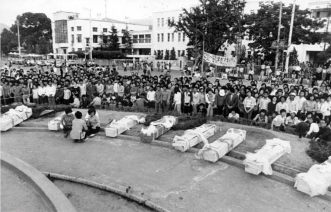 5.18 희생자들이 상무관에 임시 안치되기 전 도청 앞 광장에서 노제를 지내고 있다.