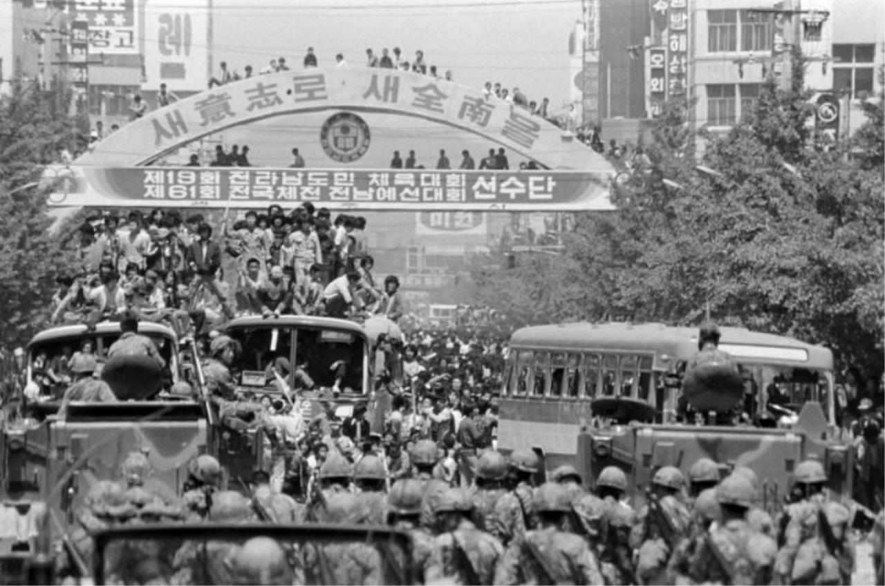 1980년 5.18 당시 시민들과 계엄군들이 금남로에서 대치하고 있다.