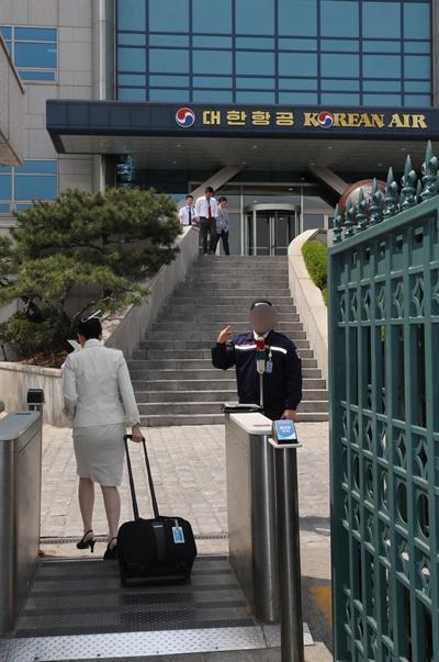 조현민 대한항공 광고담당 전무의 이른바 '물벼락 갑질'을 수사하는 경찰이 서울 강서구 대한항공 본사에 대한 압수수색을 실시한 19일 오후 대한항공 직원들이 본가건물에 출입하고 있다.