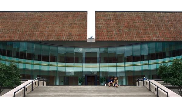 영화 <콜럼버스>의 한 장면. '미국 현대 건축의 메카'로 불리는 소도시 콜럼버스에 산재한 명소들은 생판 남이었던 두 주인공을 가깝게 이어준다.