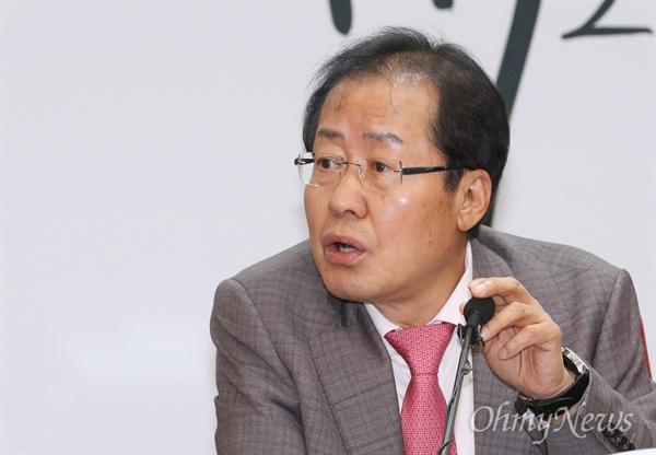자유한국당 홍준표 대표가 23일 오후 서울 여의도 당사에서 갤럽 및 포털 관련 기자회견을 하고 있다.