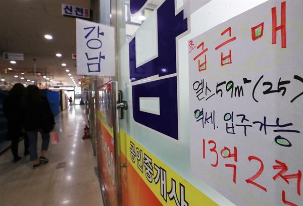 (서울=연합뉴스) 이달부터 청약조정지역 내 다주택자에 대한 양도소득세 중과가 시행되면서 서울 아파트 거래가 급감한 것으로 나타났다. 15일 서울부동산정보광장에 따르면 이달 14일 현재 서울 아파트 거래량은 총 2천939건(신고 건수 기준)으로 일평균 209.9건이 신고됐다. 이달 14일까지 신고된 강남구 아파트 거래량은 총 88건으로 일평균 6.3건에 그쳤다. 작년 4월 일평균 16건, 올해 3월 25.3건이 신고된 것과 비교해 각각 60.7%, 75.1%가 감소한 것이다. 휴일인 15일 서울 잠실의 한 중개업소에 '급급매'를 알리는 매물들이 붙어 있다. 2018.4.15