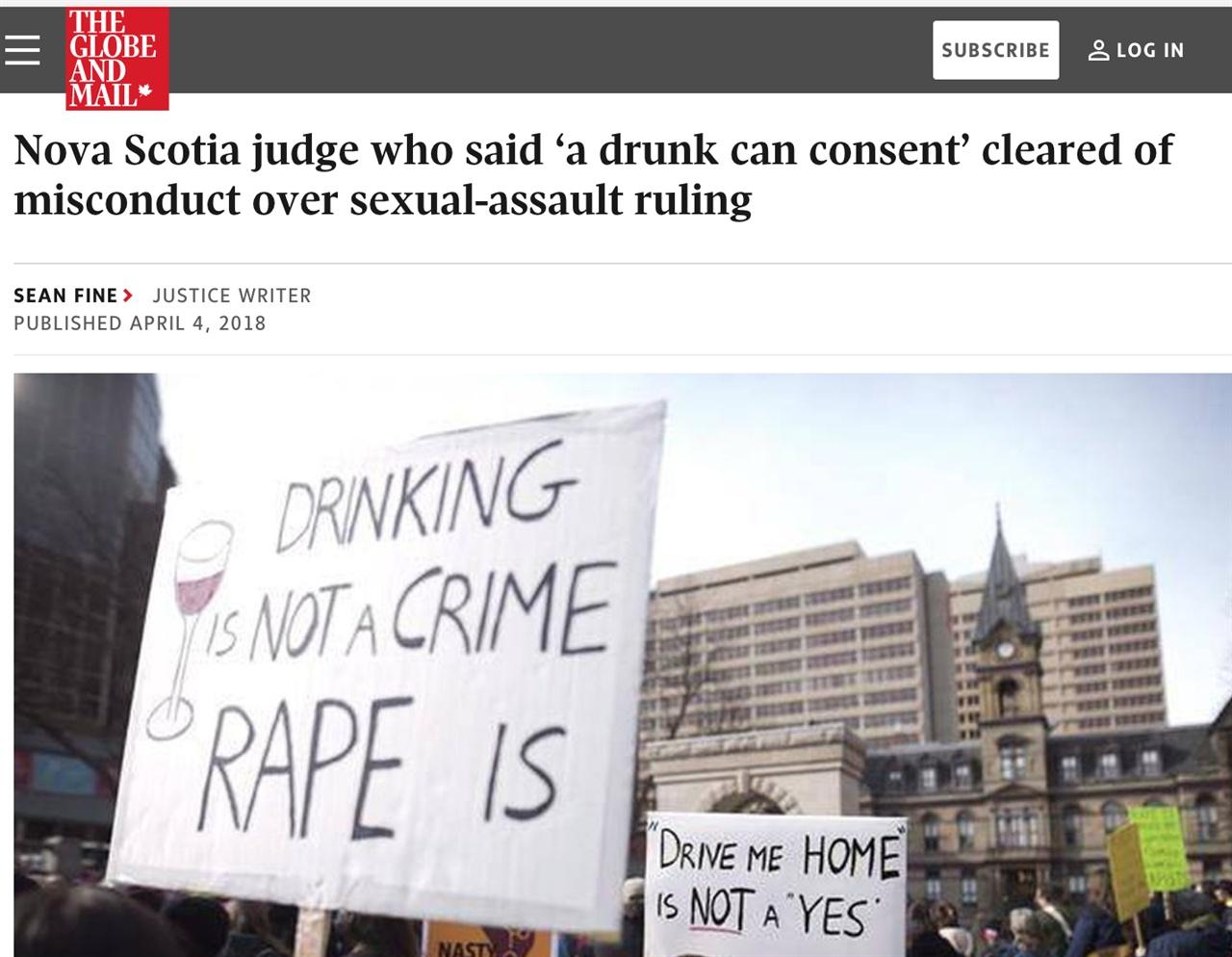 """캐나다 노바스코샤의 법원 앞에서 판사에 항의하는 집회가 열리고 있다. 팻말에 """"(여성이) 술 마시는 게 죄가 아니라, 강간하는 것이 범죄다""""라는 팻말과 """"집에 데려다 달라는 것이 성관계 합의를 의미하지 않는다""""라는 글귀가 보인다."""