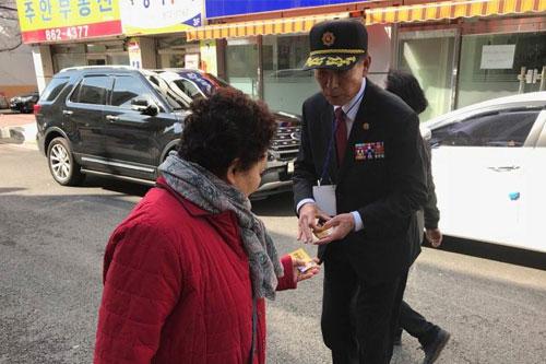 문영미 남구청장 예비후보의 아버지인 문의갑(81)씨가 길거리에서 선거운동을 하고 있다.