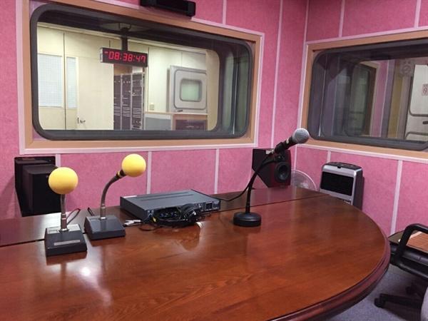 지역 방송국 라디오 부스 사진.