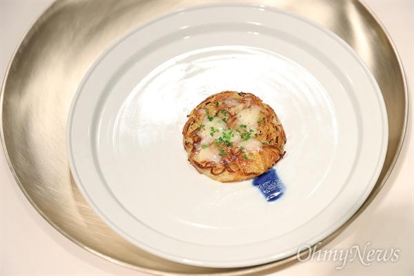 남북정상회담 만찬 메뉴. 스위스식 감자전: 삭힌 감자가루로 만든 스위스식 감자전으로 김정은 위원장이 유년 시절을 보낸 스위스 뢰스티(스위스식 감자요리)를 우리식으로 재해석.