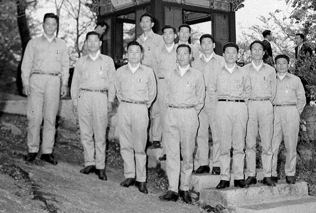 청와대 방문 기념 대부분의 독도의용수비대원은 훈장을 받지 못했다.