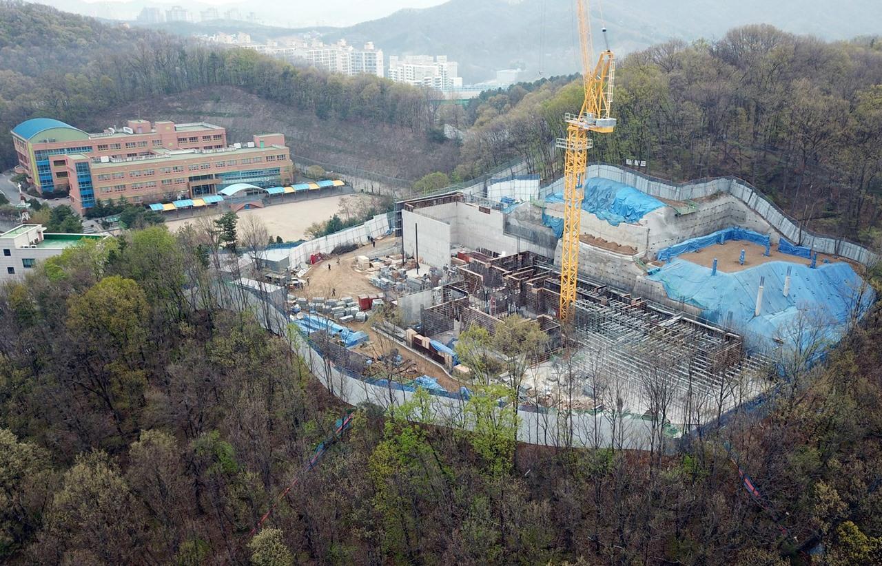 용인 지곡초등학교 앞 산에 A사의 콘크리트 실험실 공사가 한창입니다.