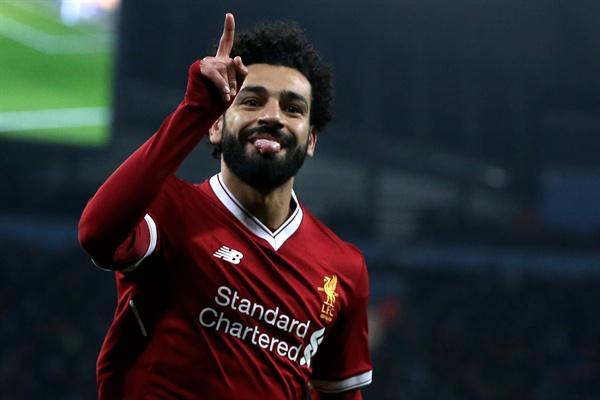 리버풀 FC 모하메드 살라가 지난 10일(현지 시각) 영국 맨체스터에서 진행된 UEFA 챔피언스 리그 맨체스터 시티 FC와의 원정 경기에서 1-1 동점골을 터뜨린 후 자축하고 있다.