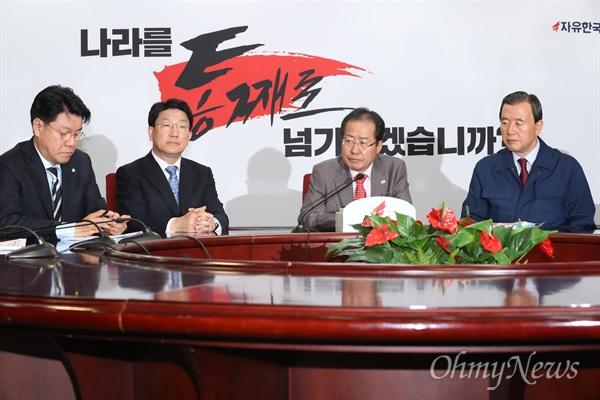 한국당의 슬로건 '나라를 통째로 넘기시겠습니까'  자유한국당 홍준표 대표가 25일 서울 여의도 당사에서 지방선거 필승 슬로건으로 '나라를 통째로 넘기시겠습니까?'를 공개한 뒤 인사말하고 있다.