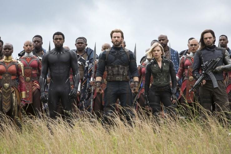 < 어벤져스:인피니티 워 >의 한 장면. 블랙 팬서가 이끄는 와칸다 군과 힘을 합친 캡틴 아메리카, 블랙 위도우, 윈터 솔져