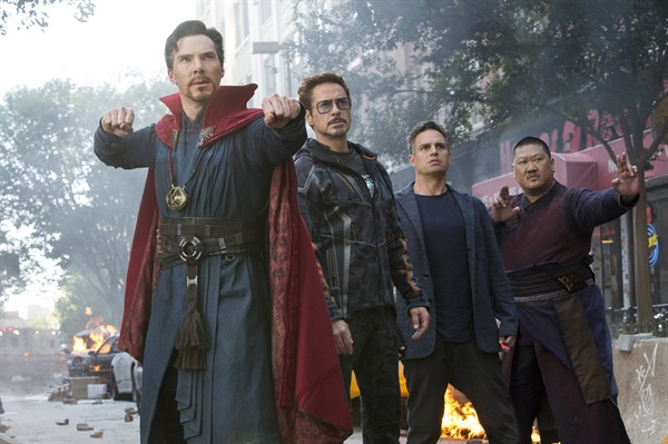 <어벤져스:인피니티 워>의 한 장면.  타노스 군단에 맞선 닥터 스트레인지, 토니 스타크(아이언맨), 브루스 배너(헐크)