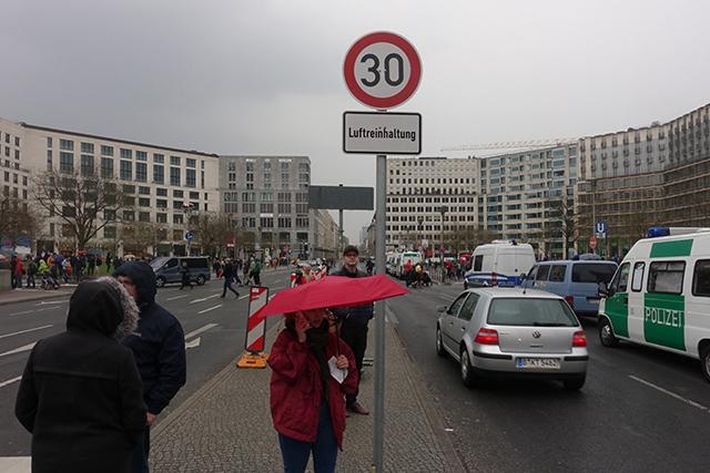 최대 속도 30km/h 제한 교통 표지판과 대기오염정화 (Luftreinhaltung) 표지판이 설치된 라이프치히 거리의 모습