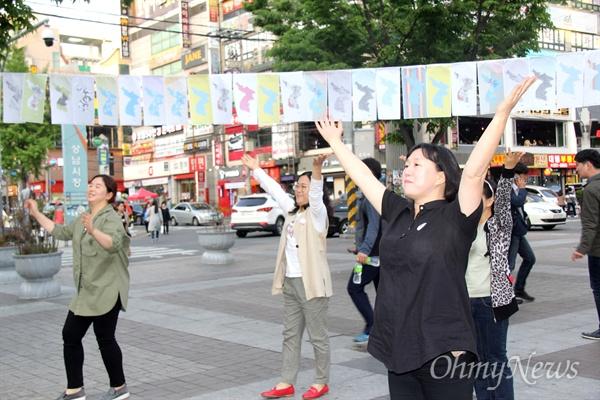 """경남평화회의는 25일 오후 창원 상남동 분수광장에서 """"남북정상회담 환영 문화제""""를 열었고, 창원여성회 회원들이 율동을 선보이고 있다."""