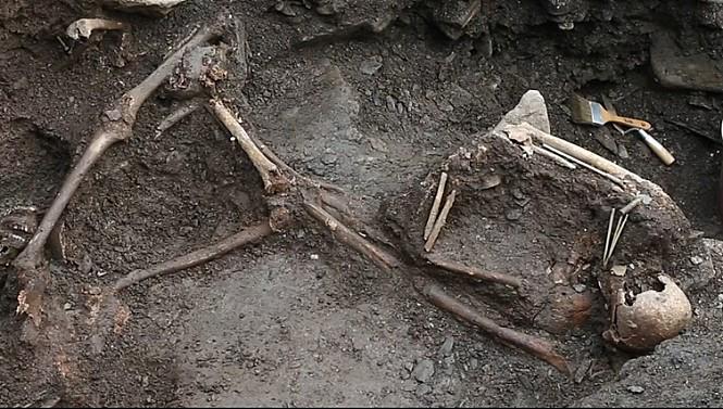 발굴된 유골. <해원> 스틸컷.