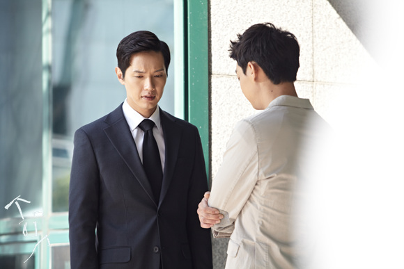 웹툰 <송곳>은 동명의 드라마로도 제작됐다. 미지급된 월급에 대한 지방노동위원회 심판 회의에 대표로 참석한 수인(지현우)과 강민(현우)의 모습.