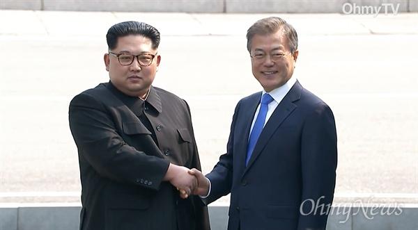 '2018남북정상회담'이 열리는 27일 오전 문재인 대통령과 김정은 국무위원장이 판문점에서 만났다.