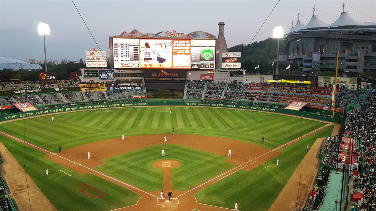 26일 두산-SK전이 열린 인천 SK 행복드림구장 평일임에도 빈 자리가 많지 않았다.