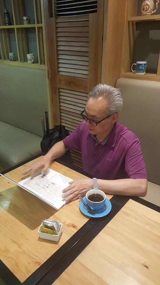 세부의 골든프린스호텔 커피숍에서 오마이뉴스 세부여행 3번째 기사를 쓰고 있다.