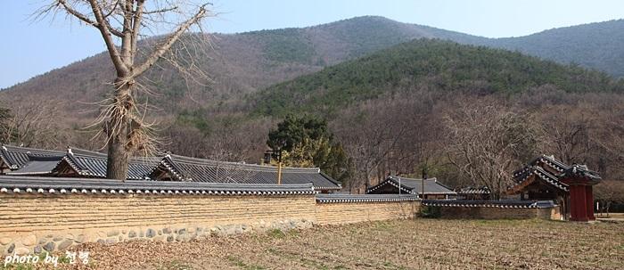 독락당 일원 땅을 향해 아주 낮은 자세로 엎드려 있는 독락당은 인간사회와 모든 것을 차단하고 자연으로만 개방되어 있다.
